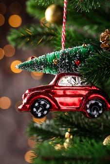 Juguete de árbol de navidad en forma de coche rojo