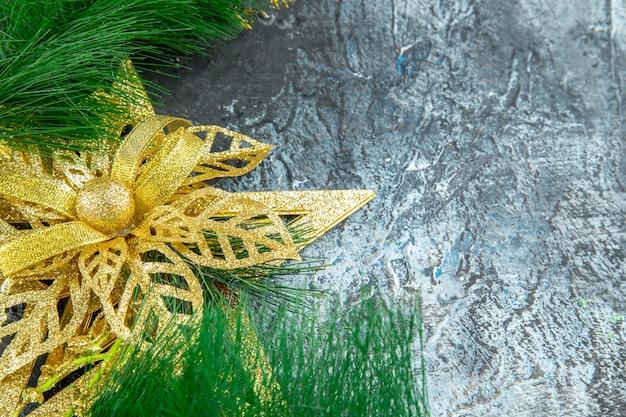 Juguete de árbol de navidad de vista superior en superficie gris