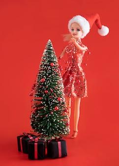 Juguete de barbie decorando el árbol de navidad
