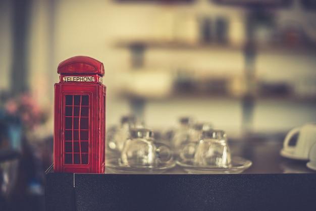 Juguete de cabina telefónica pequeña