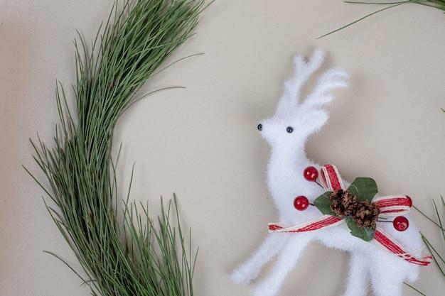 Juguete de ciervo navideño con brunch de árbol de navidad
