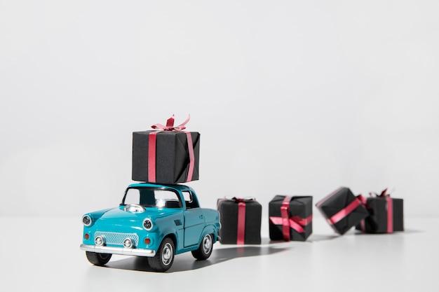 Juguete coche azul con cajas presentes