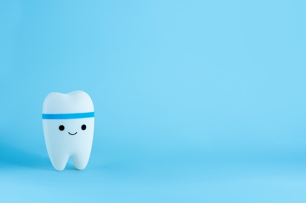 Juguete de diente sonriente feliz con espacio de copia