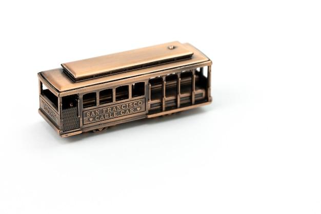 Juguete fundido de cobre símbolo del teleférico de san francisco aislado en blanco