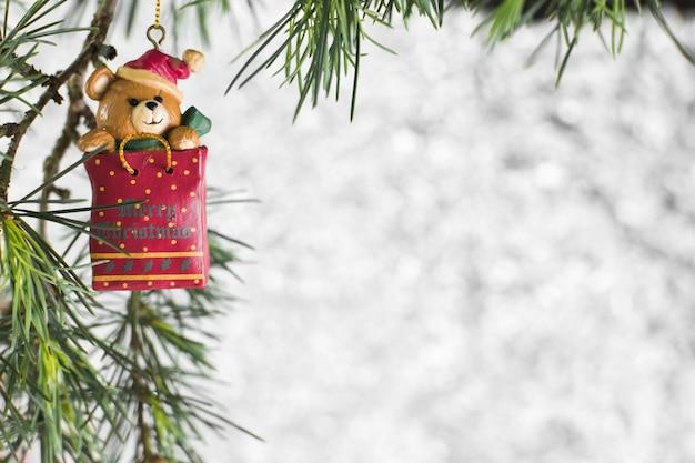 Juguete de navidad colgando de un árbol de abeto