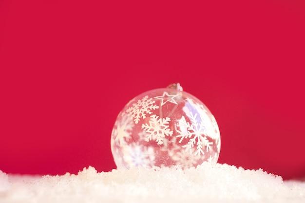Juguete de navidad en un fondo nevado.