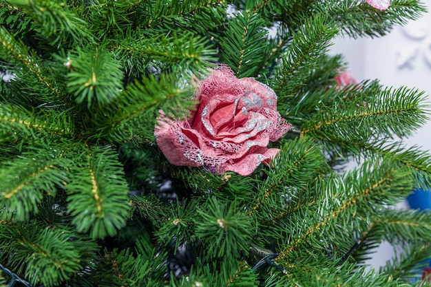 Juguete de navidad se levantó en las ramas de un árbol de navidad artificial.
