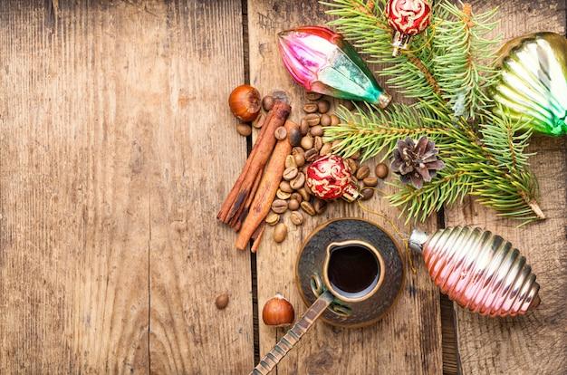 Juguete navideño y café