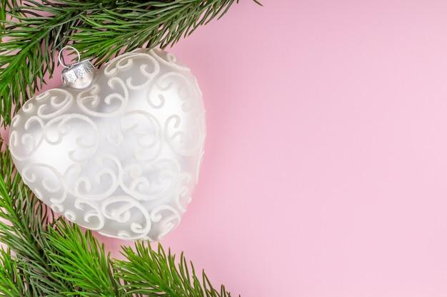 Juguete navideño con forma de corazón con ramas de abeto, año nuevo