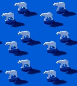 Juguete osos polares y bloques azules sobre fondo azul marino. patrones sin fisuras con sombras duras. salvar el ártico y el concepto de calentamiento global