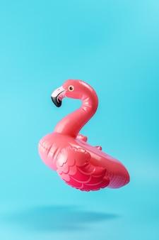 Juguete de piscina inflable flamingo sobre un fondo azul.