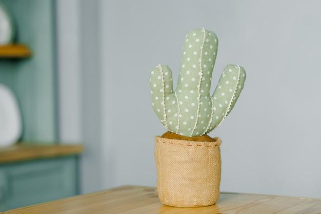 Juguete textil suave cactus en el interior del apartamento con una copia del espacio