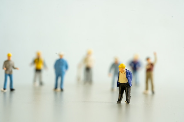 Juguete trabajador mostrar distancia social para proteger el virus de la forma covid-19