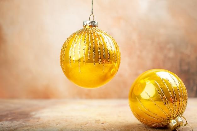 Juguetes del árbol de navidad de la vista inferior sobre fondo beige