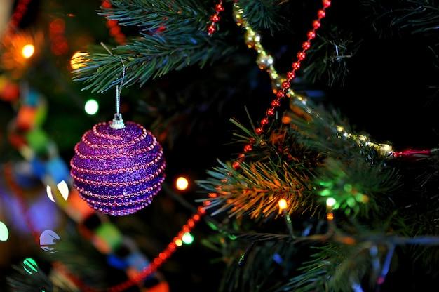 Juguetes en el árbol de navidad