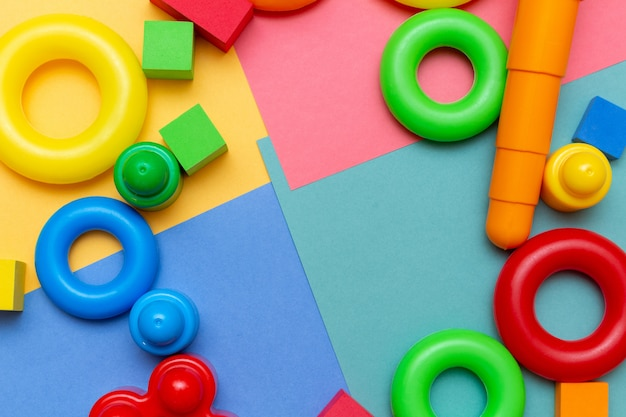 Juguetes coloridos de educación para niños en el fondo brillante con espacio de copia.