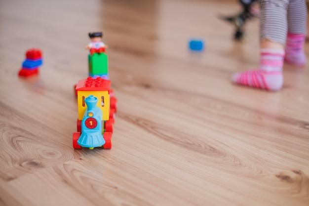Juguetes coloridos y niños anónimos