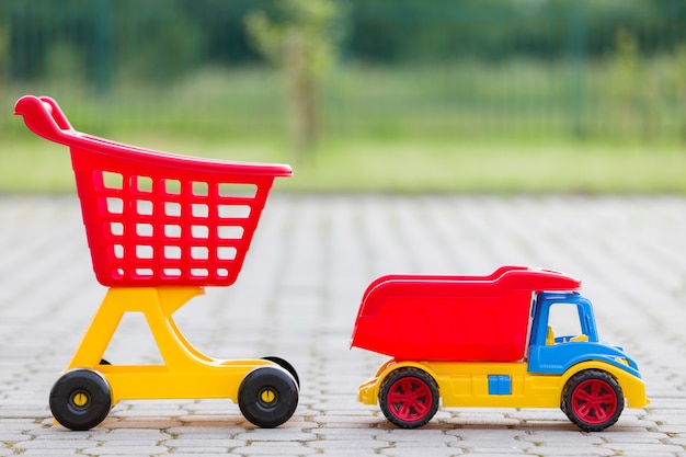 Juguetes coloridos de plástico brillante para niños al aire libre en un día soleado de verano