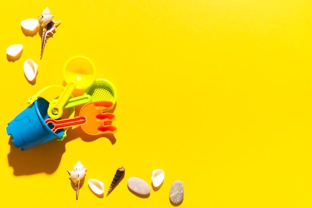 Juguetes y conchas sobre fondo brillante.