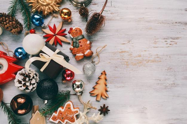 Juguetes de decoración de año nuevo sobre un fondo claro. preparacion para vacaciones de navidad