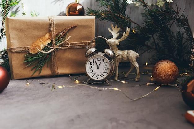 Juguetes de decoración de navidad en el fondo gris oscuro. vista superior. preparación para las vacaciones de invierno.
