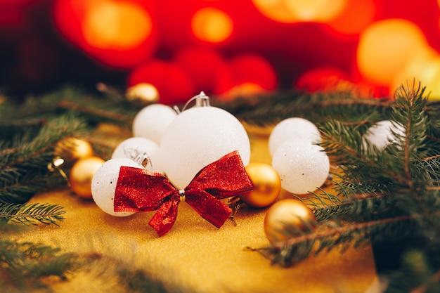 Juguetes para decorar el árbol de navidad sobre un fondo bokeh con múltiples colores