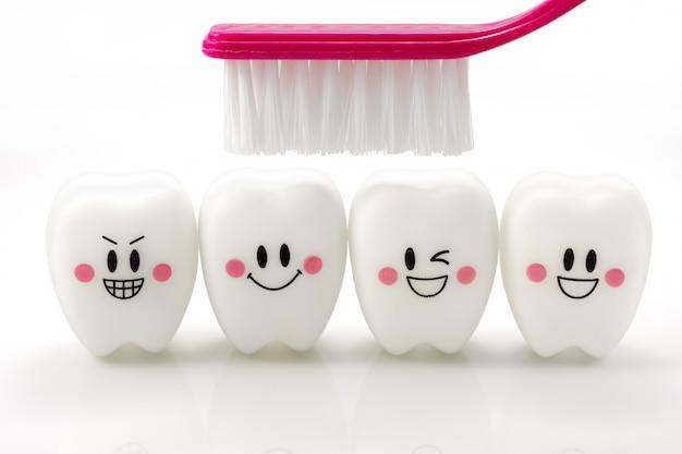 Juguetes dientes en un estado de ánimo sonriente aislado en blanco con trazado de recorte