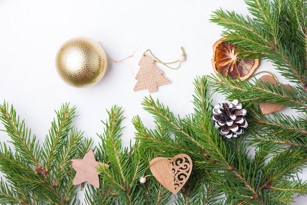 Juguetes ecológicos para árboles de navidad en ramas de abeto fresco