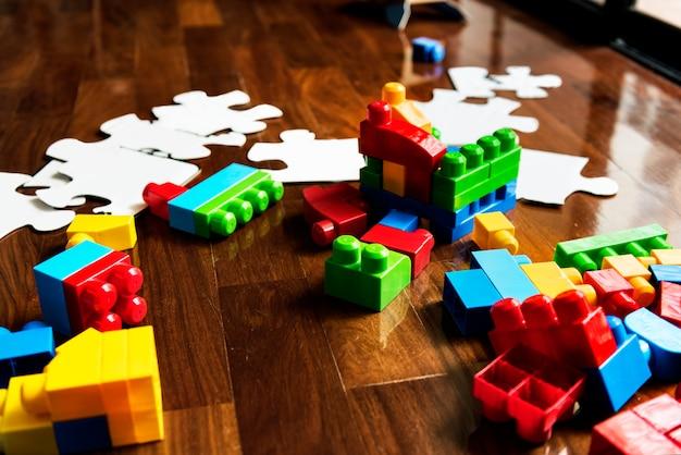 Juguetes infantiles sobre suelo de madera.
