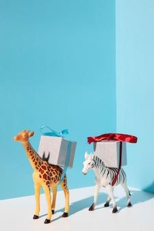 Juguetes de jirafas y cebras con regalos.