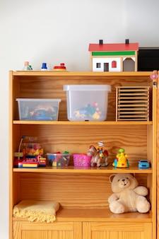 Juguetes para jugar en un estante