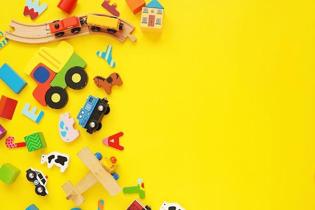 Juguetes de madera coloridos fondo amarillo