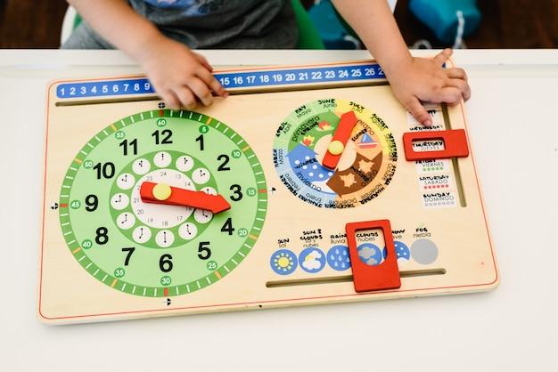 Juguetes y materiales montessori en un aula de una escuela para niños