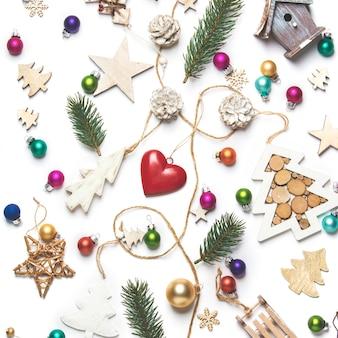 Juguetes de navidad y decoración sobre fondo blanco.