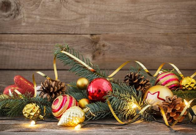 Juguetes de navidad en la mesa de madera vieja