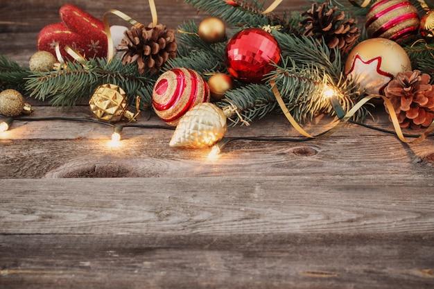 Juguetes de navidad sobre fondo de madera vieja