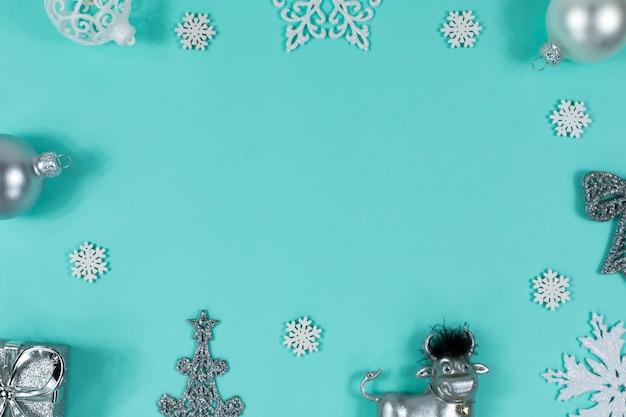 Juguetes de navidad toro, pelota, regalo, árbol, sobre un azul
