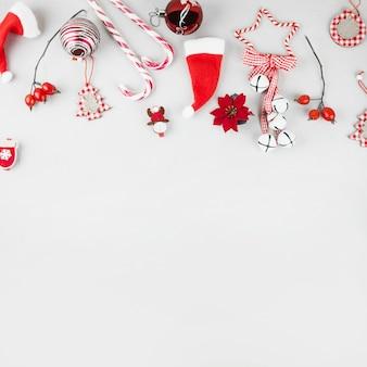 Juguetes navideños con bastones de caramelo en mesa.