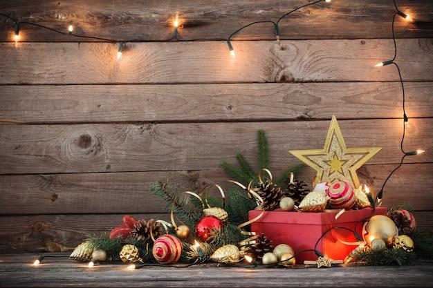 Juguetes navideños y caja roja en madera vieja