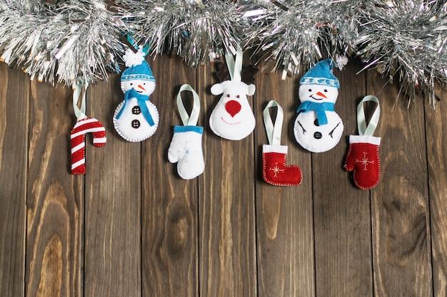 Juguetes navideños de fieltro multicolor y oropel plateado, vista superior