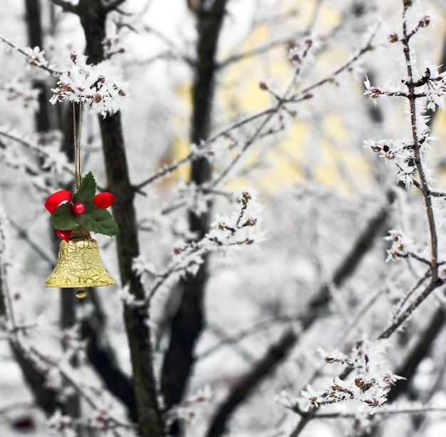 Juguetes navideños en el jardín de invierno.