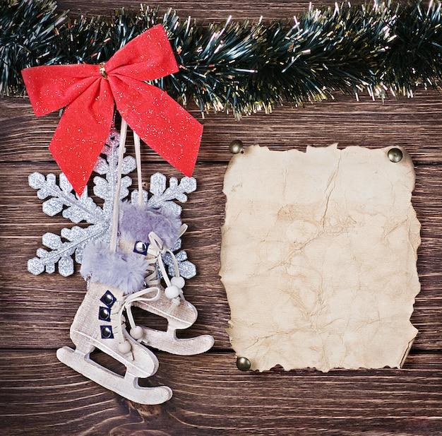 Juguetes navideños de madera y papel viejo