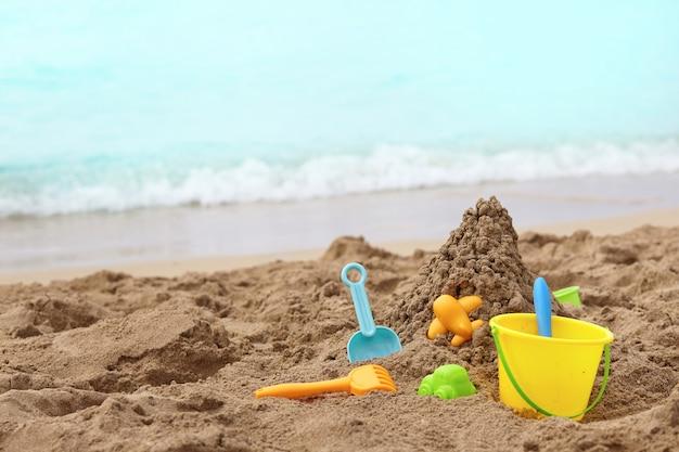 Juguetes para niños en una playa de arena