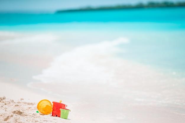 Juguetes para niños de playa en playa de arena blanca
