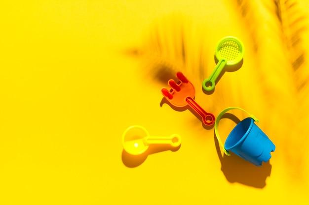 Juguetes de niños para sandbox en superficie colorida