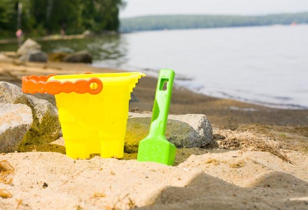 Juguetes de playa para niños en la arena de una playa