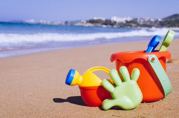 Juguetes de playa para niños en la arena