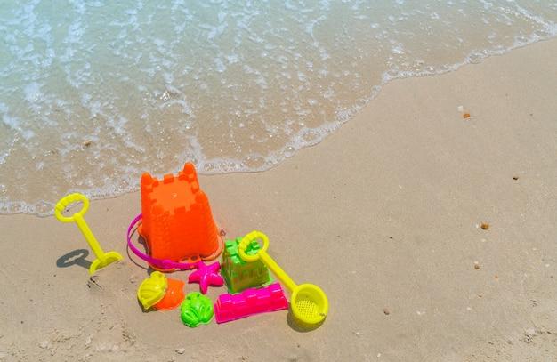 Juguetes de playa en la playa del mar