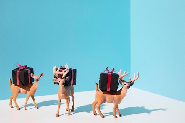 Juguetes de renos con regalos.