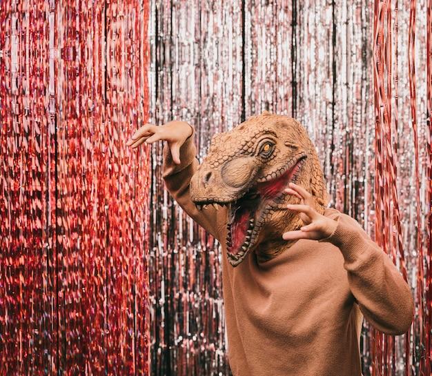 Juguetón dinosaurio en fiesta de carnaval